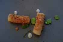 maccheroni cacio e pepe con fave e geranio