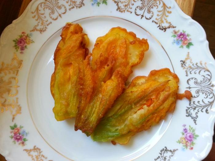 Fiori di zucca fritti giridigusto for Pastella per fiori di zucca fritti