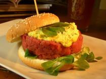 Mondovì - 180 grammi di carne di vitello piemontese razza Fassone (La Granda, Presidio Slow Food), misticanza, germogli freschi e salsa all'uovo.