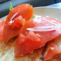 focaccian croccanti con lattuga, salmone selvatico del Canada, ravanello, pomodoro e mayonese