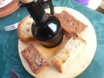 olio extra vergine di oliva di casa e pane abbrustolito