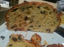 panettone con olive e olio di oliva
