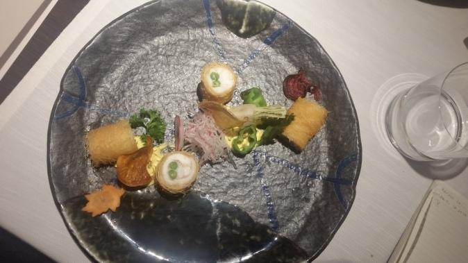 Gamberi avvolti in filetti di spigola in pasta fillo kataifi, salsa tartara al pistacchio di bronte e spuma al Teriyaki