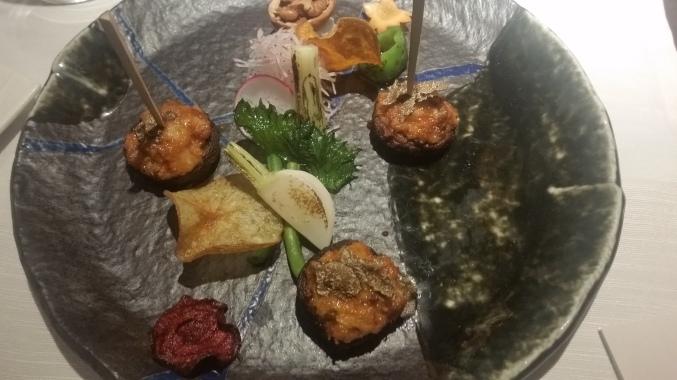 """Funghi giapponesi Shitake ripieni di """"Satsuma"""" di pesce bianco mantecati al teriaki e guarniti con crumble di noci"""