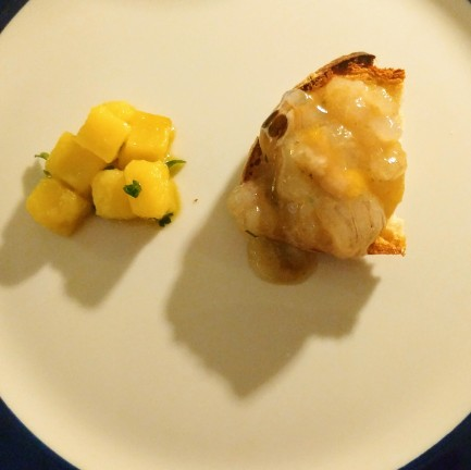 Battuto di canocchie a crudo su crostino di focaccia e insalata di patate