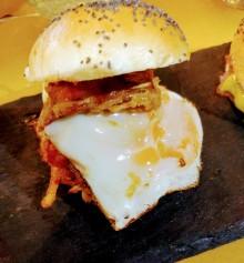 Ladispoli burger (carciodi fritti, uovo e rosti di patate)