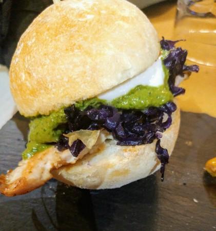 Red burger (pollo alla piastra, cavolo rosso, yogurt e pesto)