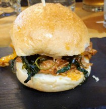 Burino burger (spalla di maiale, cicoria, cheddar salsa tzatziki)