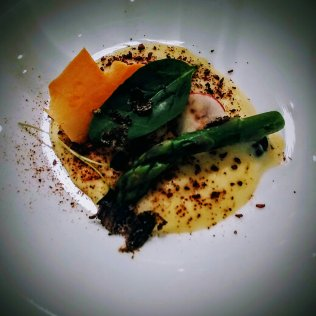 """Bosco Umbro"" con asparagi, tartufo, foglie e radici"