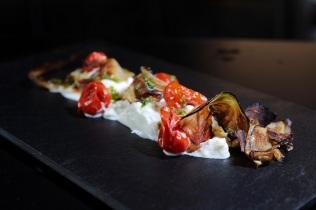Burrata al naturale con Pomodori schiacciati arrosto, Basilico e chips di Melanzana rid